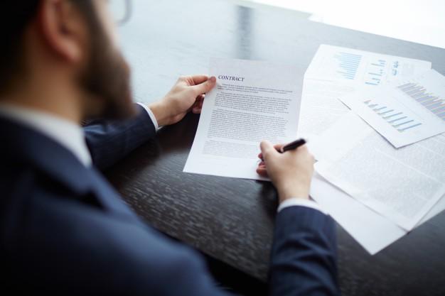 ejecutivo-revisando-el-contrato-con-la-nueva-empresa_1098-3676